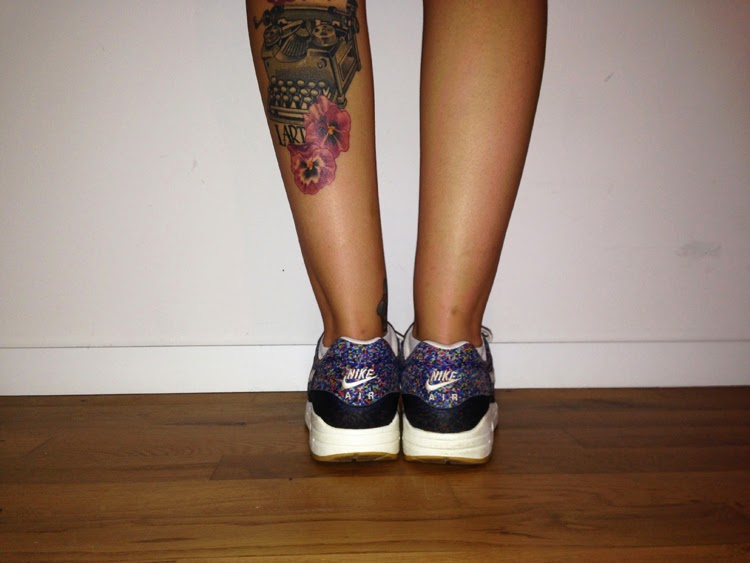 berühmte Tattoos auf Tumblr Wadentattoo Frauen Schreibmaschine Tattoo Stiefmütterchen Tattoo Mädchentattoo seltene Airmax Airmax Liberty typewriter tattoo