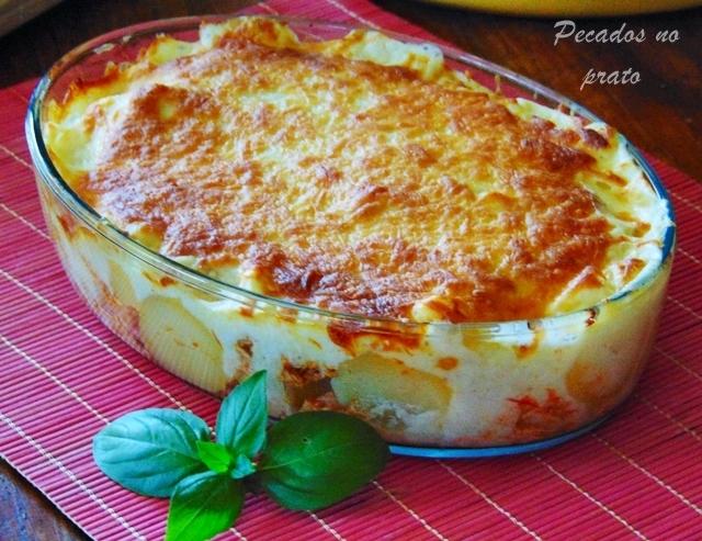 Batatas gratinadas com frango e queijo