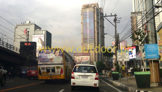 Samsung Stuns EDSA Evening Traffic With LED On GA Tower