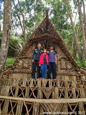 Ilham Guntara bersama keluarga di Rumah Hobbit www.guntara.com