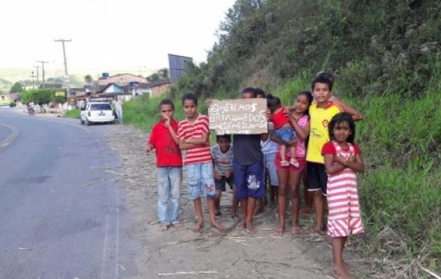 Crianças carentes em São Luís do Quitunde-Al, erguem placa às margens de rodovia para pedir presentes