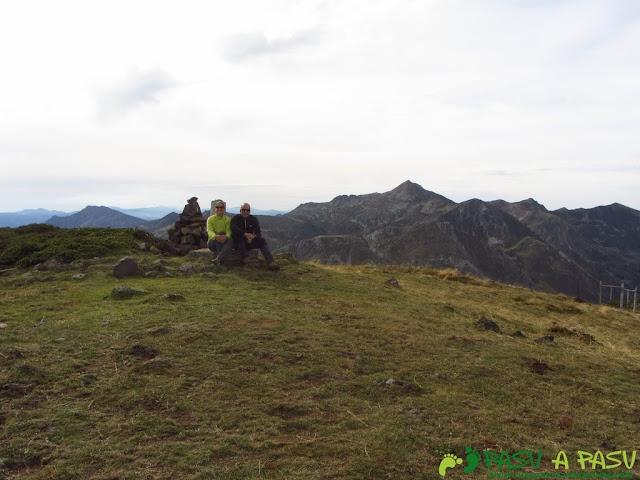 Cima del Pico Mocoso con el Cornón detrás