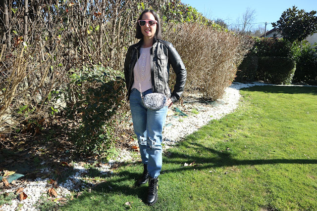 Como combinar un bolso riñonera de estampado de serpiente