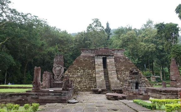 Misteri Uji Keperawanan di Candi Sukuh/Candi Pasutri Di bagian barat lereng Gunung Lawu