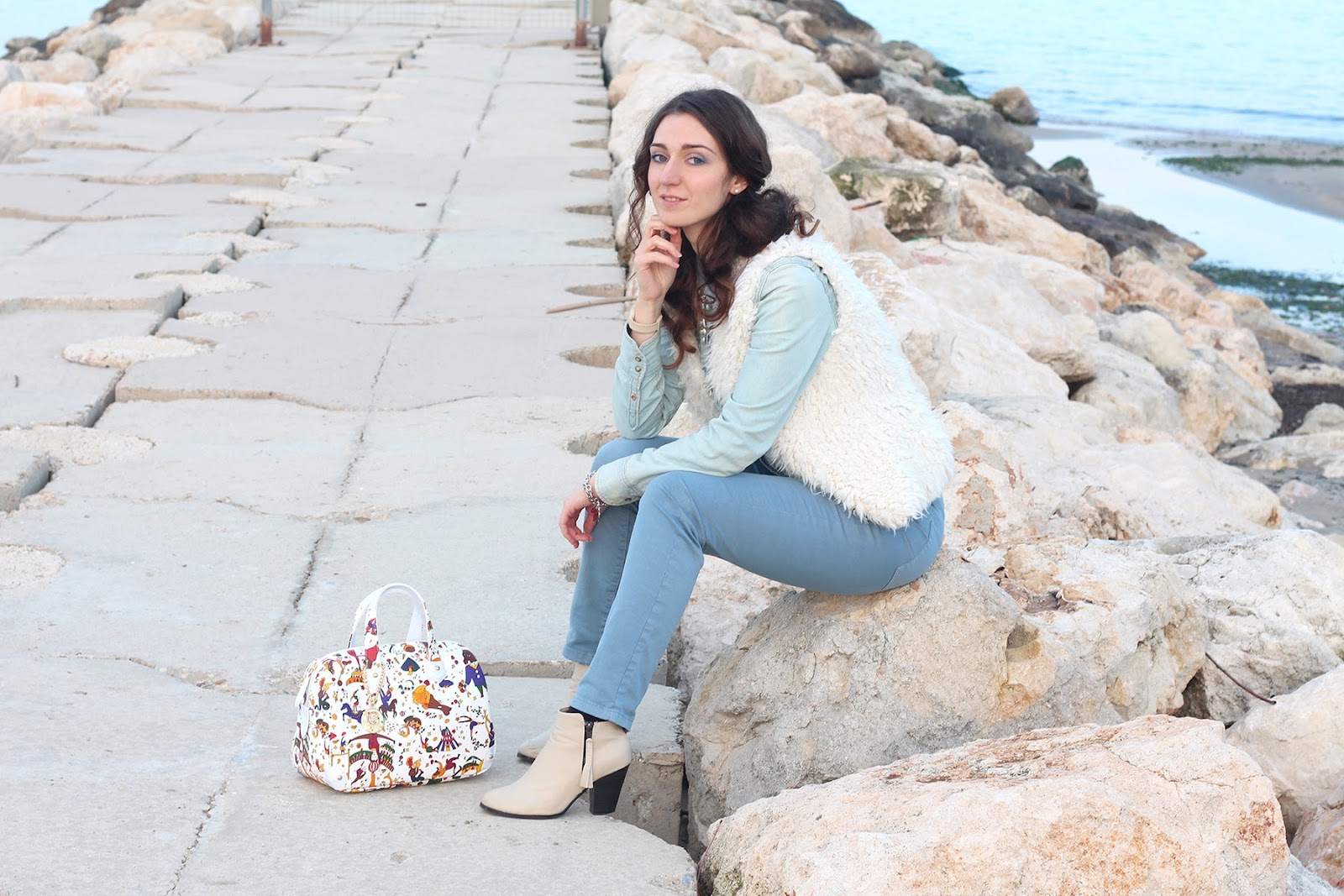 fashion blogger moda pescara italy trend glamour vogue piero guidi bag borsa bauletto white circus denim shirt zara pants hm pimkie boots fur gilet curly hair larimar necklace collana ops swatch