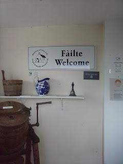 nápis vitajte v gaelčine aj angličtine