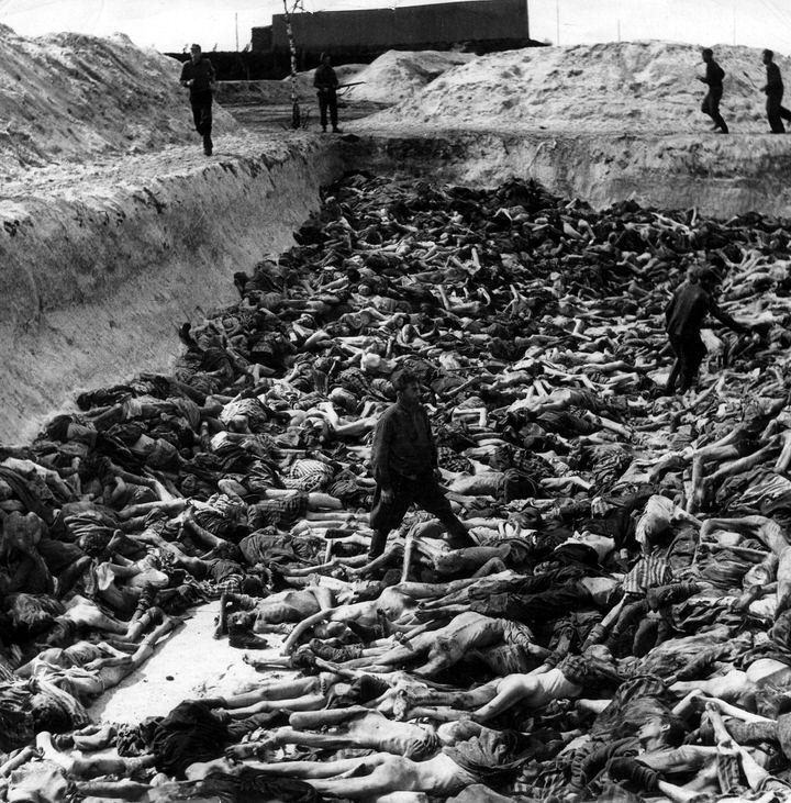 Ο Δρ Klein, ο ανώτερος γιατρός στο Μπέλσεν, απεικονίζεται ανάμεσα σε μερικά από τα θύματά του στο στρατόπεδο θανάτου.