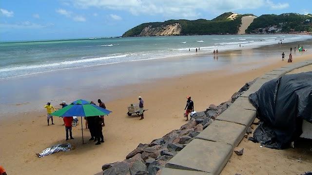 Turista de Minas Gerais morre afogado na praia de Ponta Negra, em Natal