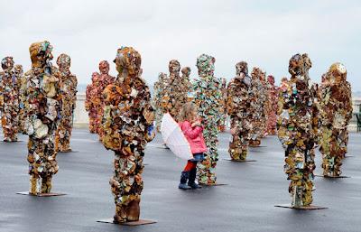 Esculturas de hombres con desechos inorganicos.