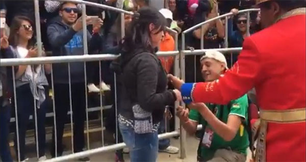 Video joven pide matrimonio a su novia en el Carnaval de Oruro en complicidad de la banda Poopó