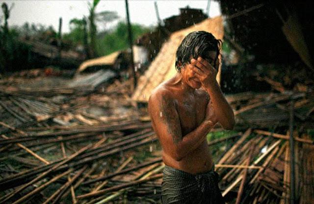 foto korban topan badai yang bikin terharu dan menangis