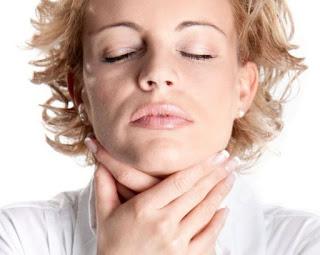 Triệu chứng của hiện tượng nóng rát cổ họng vướng họng