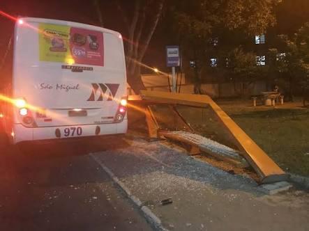 Após deslocamento do eixo ônibus bate em ponto de ônibus em Resende