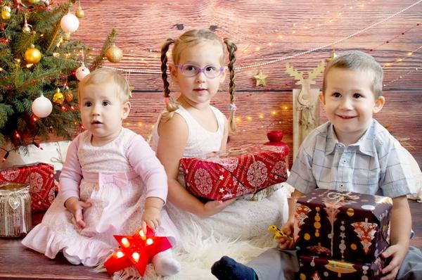 rodzina na sesji świątecznej, trójka dzieci