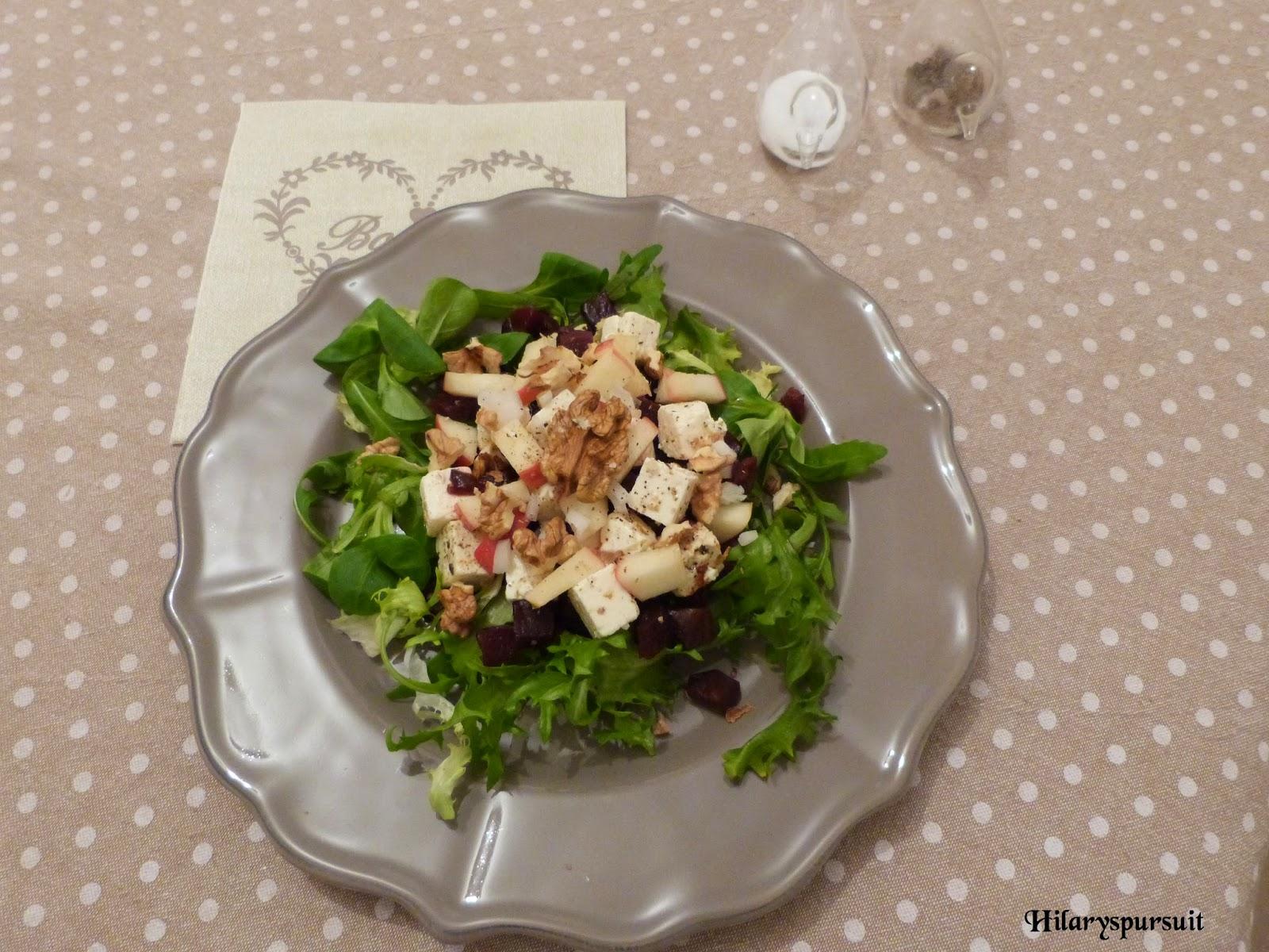 Salade de betterave, féta, pommes et noix