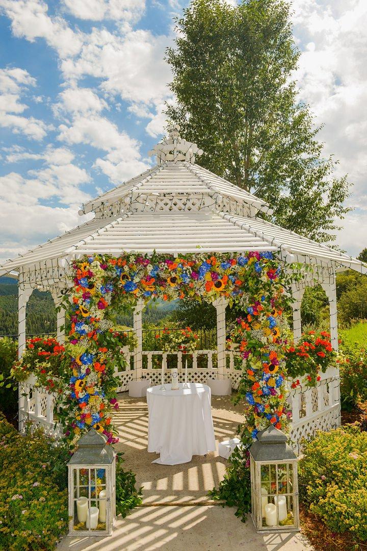 Ślub w ogrodzie, Ślub w plenerze, dekoracje ślubu w plenerze, ślub w lecie, letni ślub, ślub w kolorach letnich, soczyste dekoracje na ślub, ślub pełen kwiatów, czerwcowy ślub, lipcowy ślub
