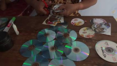 Hiasan Dinding dari CD Bekas Berupa Pajangan Foto