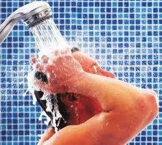 El agua sale cargada eléctricamente de la ducha