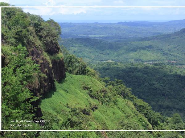 Menikmati Hamparan Pemandangan dari Atas Bukit Panenjoan, Ciletuh Geopark