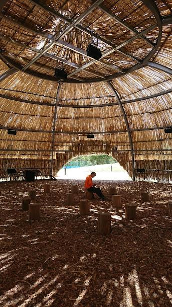 地景藝術,就是要人與大自然融為一體。桃園地景藝術節在艾觀音區崙坪廢營區,建置了環保音樂人馬修連恩的「擁抱」聲音地景裝置藝術,很療癒。