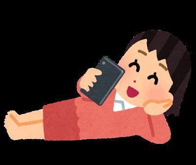 寝転がってスマホを使う人のイラスト(女性)