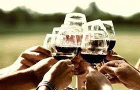 Cena de amigos con vino
