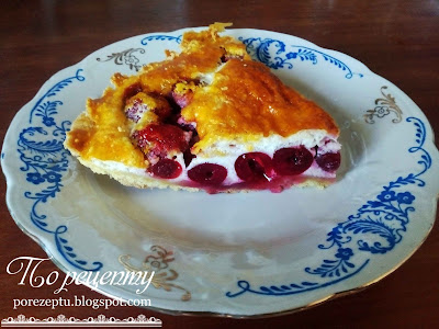 Песочный пирог с вишней и клубникой