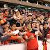 Depois do jogo, Sornoza é abraçado pela torcida do Deportivo Cuenca