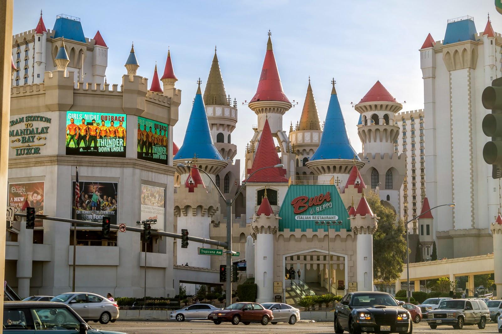 """Отель """"Экскалибур"""" представлен в виде волшебного замка."""