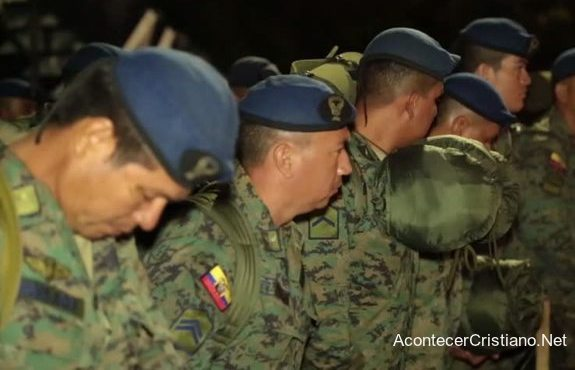 Soldados ecuatorianos orando