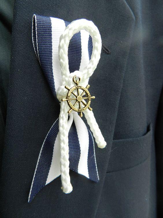 Boutonniere de estilo marinero con timón, cuerda y en color azul marino