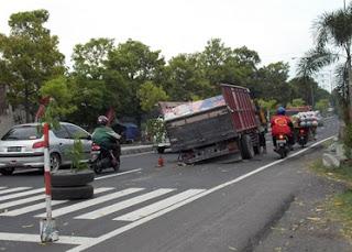 sering kali kita menemukan kecelakaan sebuah truk di jalan raya yang patah as atau poros  Penyebab As Roda Truk Patah Dan Cara Antisipasinya