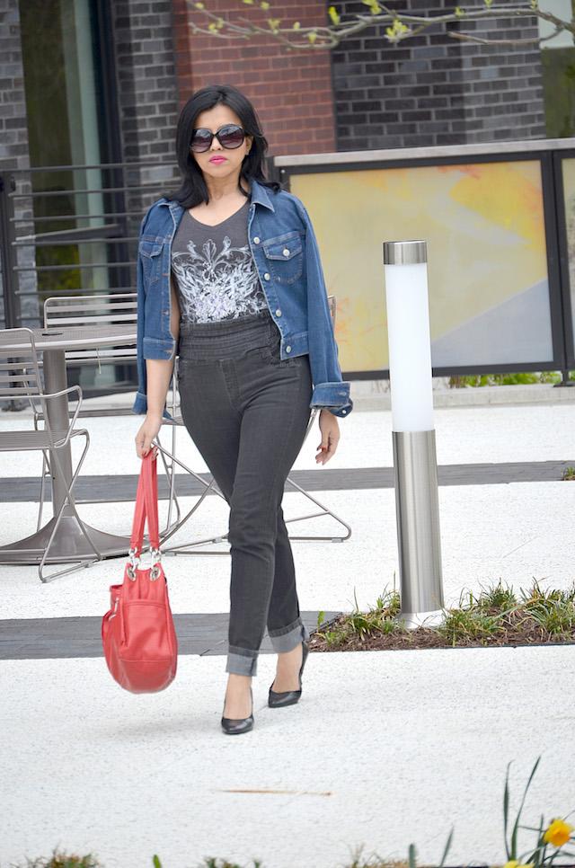 Fashion Basics- MariEstilo- Jeans Cintura alta- outfit con jeans- combinando básicos-chaqueta de mezclilla, maxi bolso rojo