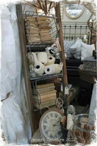 Tangga kayu jadi rak pajangan vintage