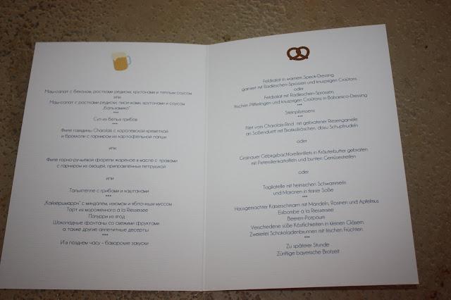 Menükarten zweisprachig Heiraten in Bayern, Hochzeit in den Bergen von Garmisch-Partenkirchen, Riessersee Hotel - getting married in Bavaria, Bavarian style wedding, dunkelblau und bunte Wiesenblumen