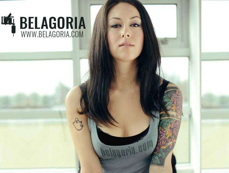 Cristina la Bahn posando con tatuaje de fantasmita