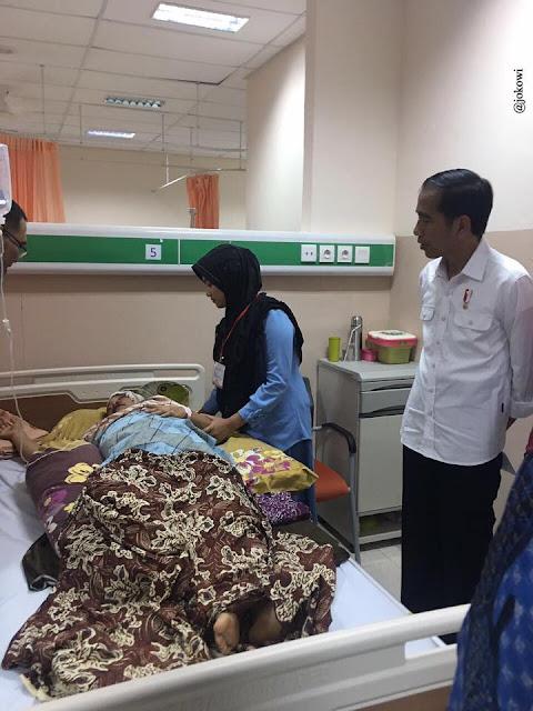 Presiden Jokowi Menjenguk korban bencana gempa Pidie Jaya di Rumah Sakit dr. Zainoel Abidin di Banda Aceh, Kamis malam, 8 Desember 2016. (Foto: Facebook @jokowi)
