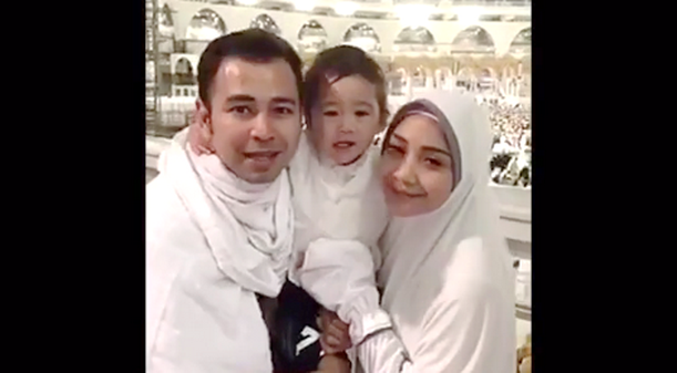 Di Depan Ka'bah, Raffi Dan Gigi Doakan Calon Gubernur DKI Jakarta, Anies - Sandi