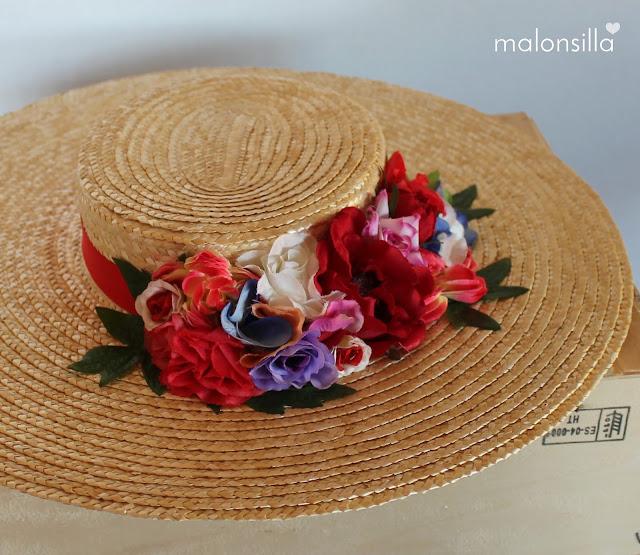 Pamela de paja trenzada con cinta roja y flores de distintos colores