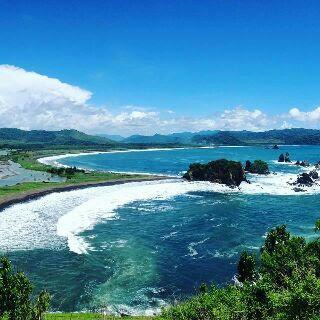motivasinews.com - Teluk Love Keindahan di Pantai Payangan dari Bukit Domba