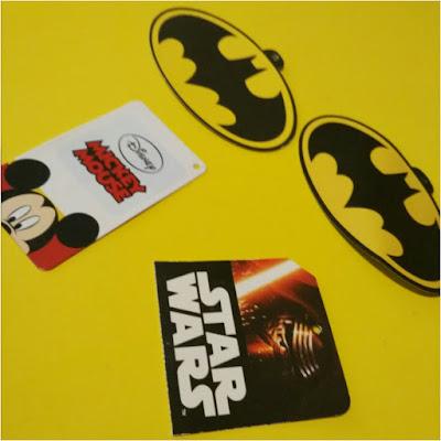 Dos etiquetas con el logo de Batman, una etiqueta de star wars y otra de Disney