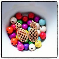 breloques ananas et perles multicolores