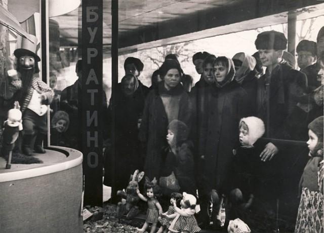 У витрины «Детского мира» в 1970-е годы