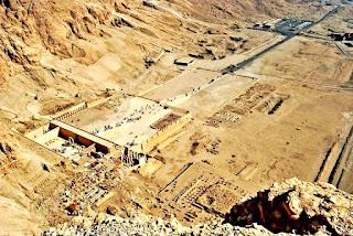 صورة جوية توضح معابد منطقة الدير البحري
