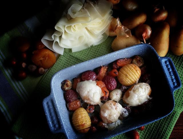 Patate al forno con cipolline, uva, albicocche e noci