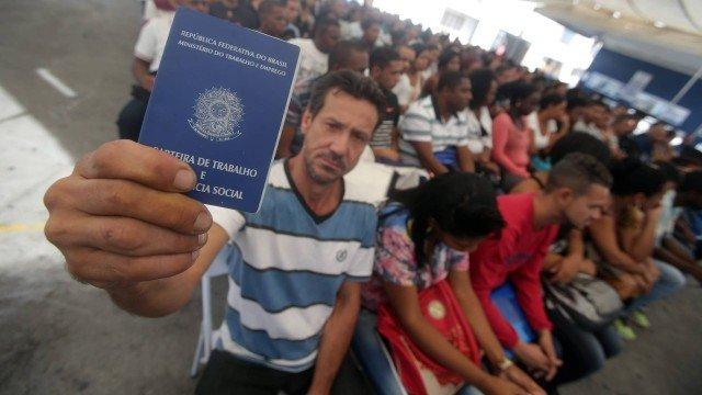 Mais de 3 mil pessoas disputam 300 vagas de emprego em Teresina