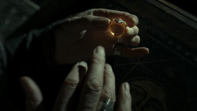 Дъмбълдор слага прокълнатия пръстен на Гонт с Животворния камък в Хари Потър и даровете на смъртта