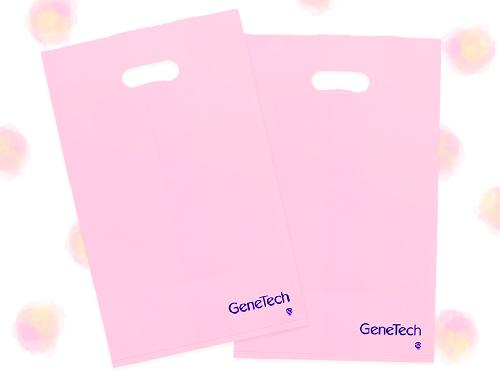 優しいピンク色に紺色のロゴマークが映えるGeneTech株式会社のポリエチレンバッグ