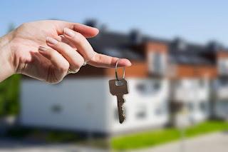 девушка держит ключ от дома