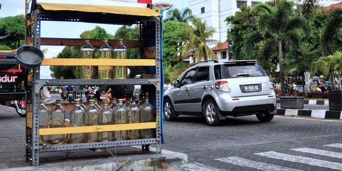 Duh, Di daerah ini, harga bensin Rp 100.000/liter dan mi instan Rp 50.000/bungkus